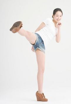 蹴りのアクションの清野菜名さん